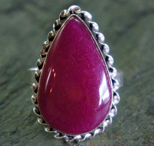 Robijn is een sterk activerende en stimulerende steen. Hij is zelfs zo krachtig dat hij niet voor iedereen weggelegd is.